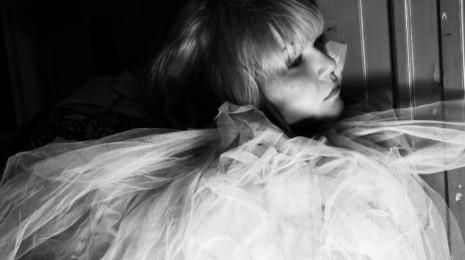 Astrid Swanilta uusi single Four Months To Kill – albumi ilmestyy lokakuussa