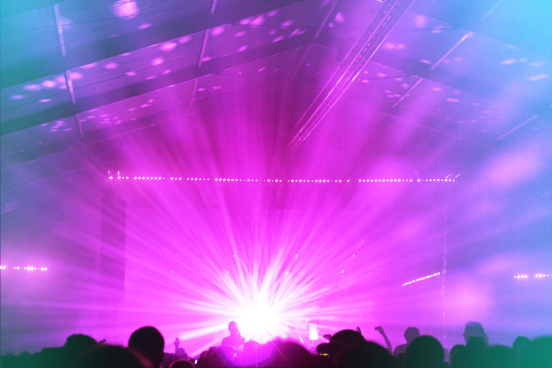 Jamie XX:n valoloistoa ja yleisöä. Jamie esiintyi samaan aikaan Kaviskyn kanssa, joten päädyin katsomaan molempia keikkoja puolet. Black tentille suunnatessani sieltä kantautui juuri sopivasti maailman toisiksi paras remix: Radiohead - Bloom (Jamie XX Rework part 3)