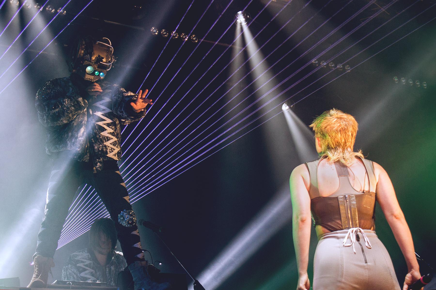 Robyn & Röyksopp valtasivat sunnutaina Lumia Blue Tentin kahdeksi tunniksi. Aluksi molemmilta nähtiin omat keikat, joiden päätteeksi skandinaavit palasivat lavalle vielä yhteissettiä varten. Kuvanottohetkellä esitettiin The Girl And The Robot -biisiä.