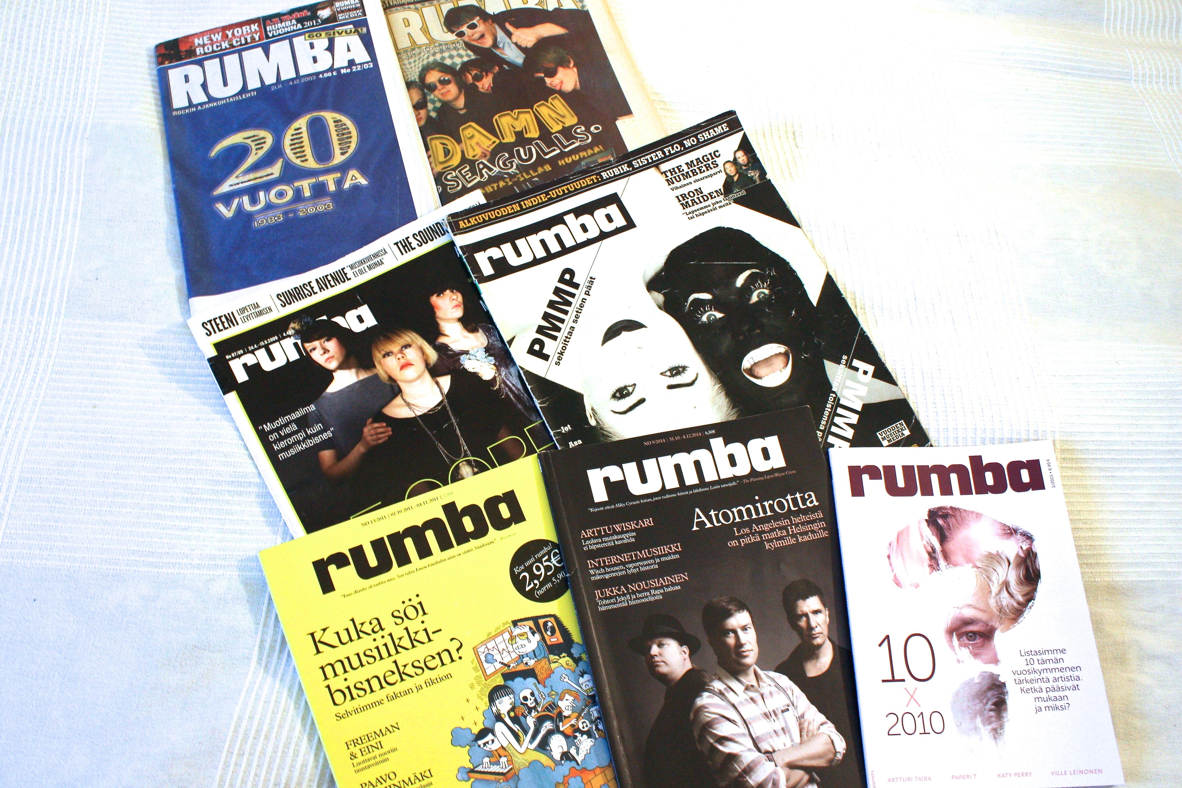 Erilaisia ja erikokoisia Rumba-lehtiä eri vuosilta. Takana vasemmalla sininen 20-vuotisjuhlanumero (2003), toinen tabloidimallinen Damn Seagulls kannessaan (2005), Le Corps Mince De Françoise -kantinen (2009), mustavalkoinen PMMP-lehti (2006),