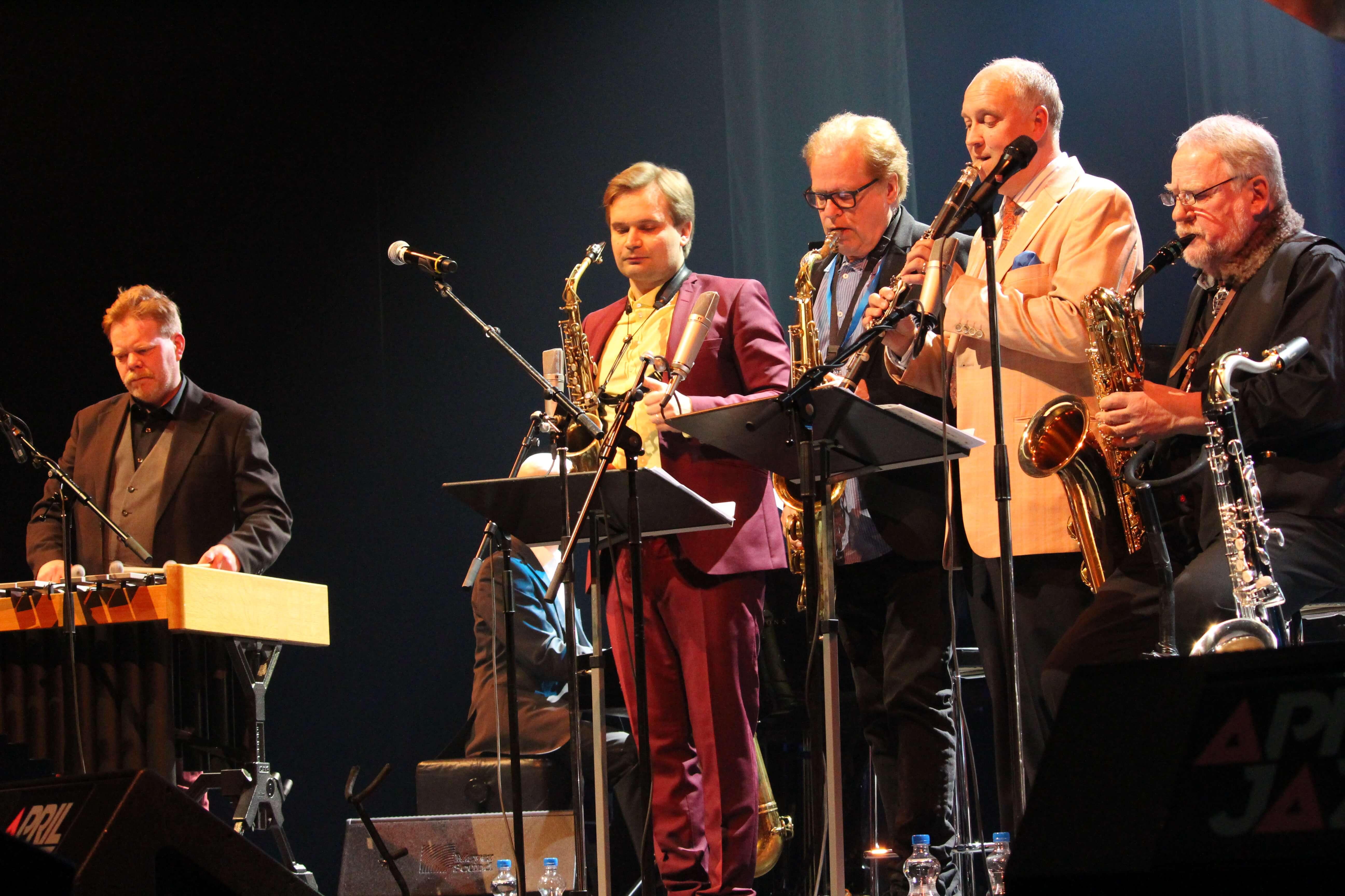 Encoressa lavalle nousi koko porukka - Photo: Veli-Matti Visuri