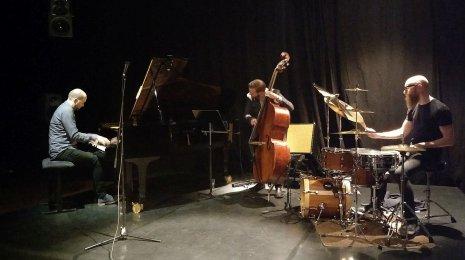 Jussi Fredriksson Trio julkaisi uuden levynsä Koko Jazz Clubilla